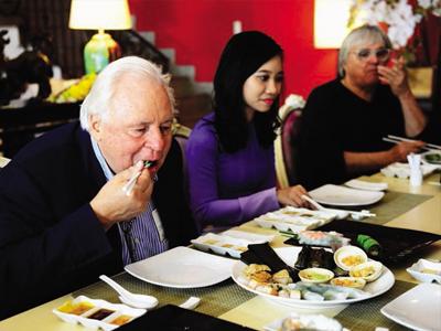 Ông Eckart Witzigmann thưởng thức các loại bánh Huế trong một nhà hàng Việt tại TP.HCM - Ảnh: Quang Định